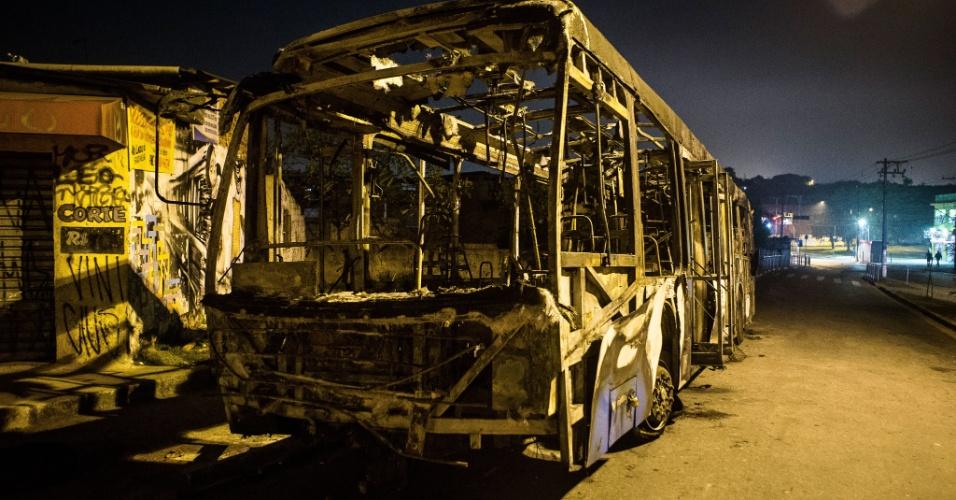 20.jun.2013 - Manifestantes colocaram fogo em dois ônibus no bairro do Grajaú em protesto contra a tarifa e a qualidade do serviço prestado