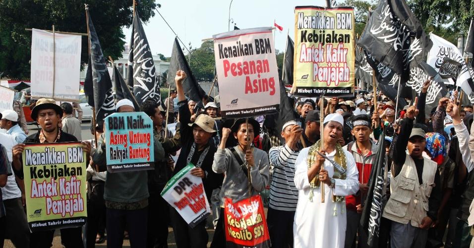 20.jun.2013 - Manifestantes de Hizbut Tahrir, uma organização muçulmana, protestam contra o plano do governo da Indonésia de aumentar os preços dos combustíveis. A manifestação aconteceu em frente ao palácio presidencial, em Jacarta