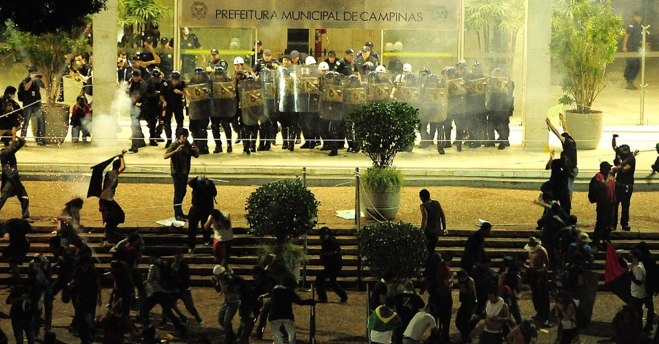 20.jun.2013 - Manifestantes entram em confronto com a polícia em frente a Prefeitura de Campinas (SP), nesta quinta-feira, durante comemoração pela redução do valor da passagem do transporte público