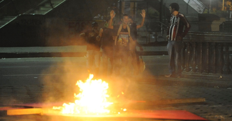 20.jun.2013 - Manifestantes fazem fogueiras como barricada durante protesto no centro do Rio de Janeiro na noite desta quinta-feira