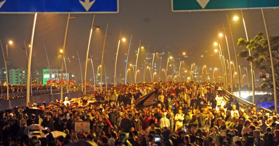 20.jun.2013 - Manifestantes percorrem as principais ruas do centro de Florianópolis (SC), nesta quinta-feira, nas proximidades da Assembleia Legislativa e na região do Terminal Integrado do Centro (Ticen). A Avenida Beira-Mar Norte foi fechada, assim como as pontes que dão acesso à ilha