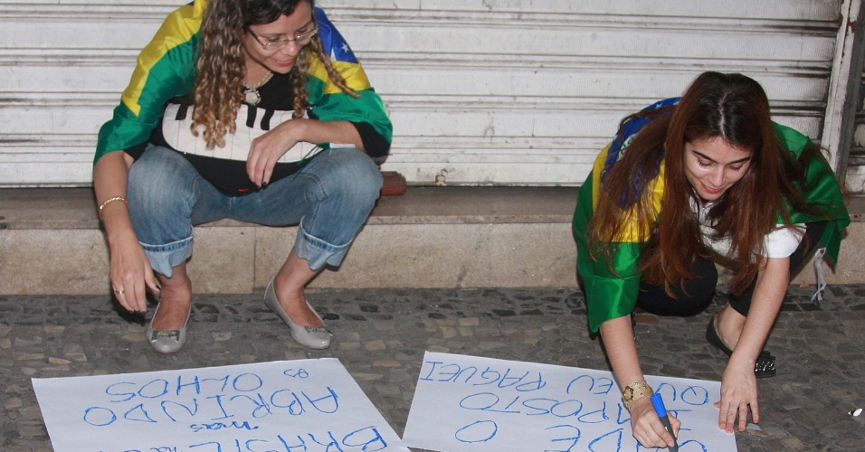 20.jun.2013 - Manifestantes preparam cartazes na igreja da Candelária, no centro do Rio de Janeiro, em protesto nesta quinta-feira (20). Eles marcham até a Prefeitura do Rio de Janeiro