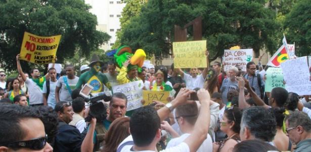 Manifestantes se concentram em frente à igreja da Candelária, no centro do Rio de Janeiro