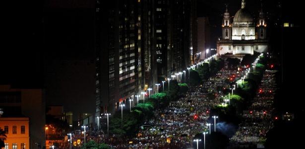 Milhares de manifestantes caminham pela avenida Presidente Vargas, no centro do Rio de Janeiro