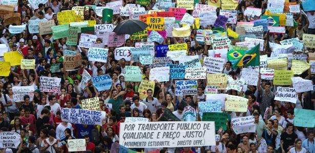 20.jun.2013 - Milhares de pessoas seguem em protesto no centro do Recife (PE)