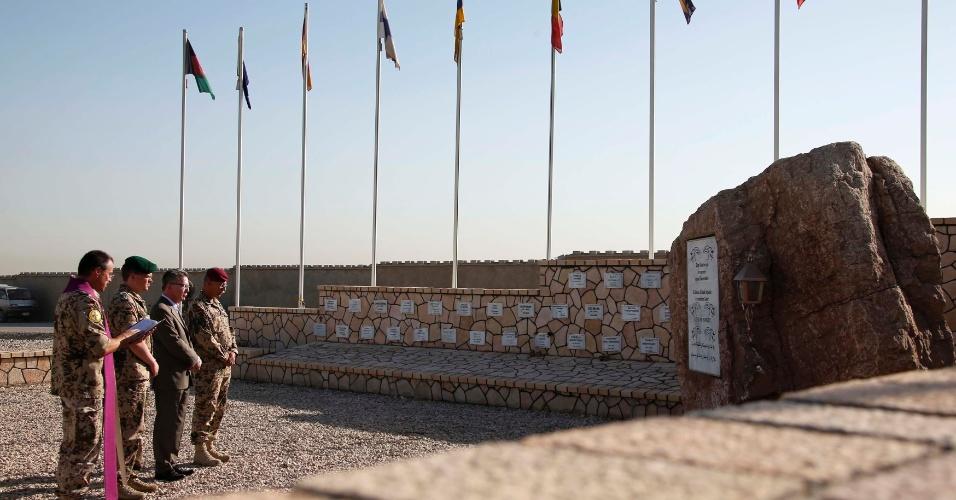 20.jun.2013 - Ministro alemão de Defesa, Thomas Maiziere (2º à esquerda), visita nesta quinta-feira (20) memorial dedicado a soldados mortos, em Mazar-e-Sharif (Afeganistão)