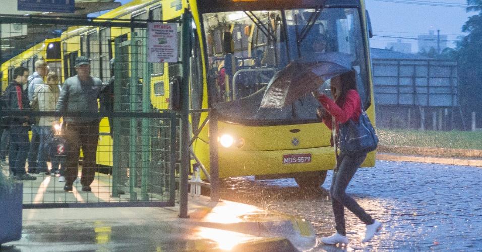 20.jun.2013 - Mulher caminha para terminal de ônibus no bairro Bom Retiro, em Joinville (SC), na manhã. A previsão para a região é de chuva, com temperaturas entre 18ºC e 13ºC