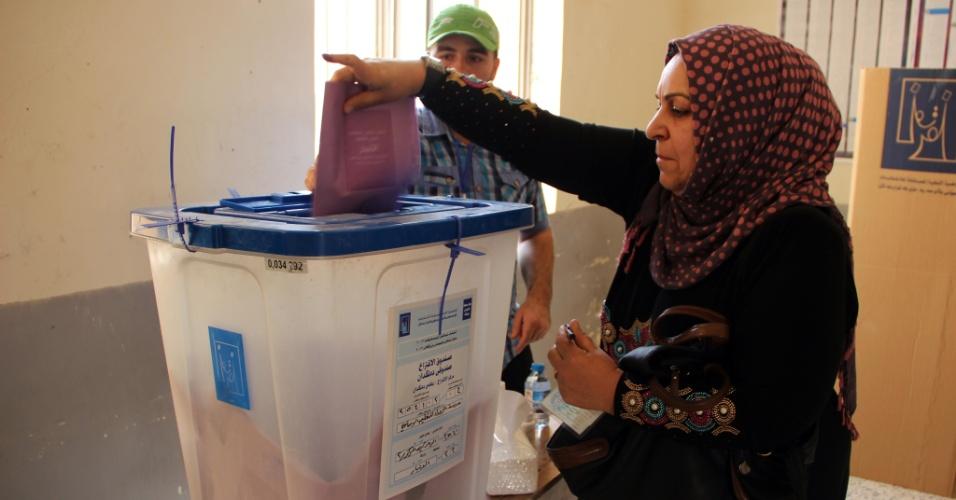 20.jun.2013 - Mulher iraquiana participa de votação na província de Al-Anbar, nesta quinta-feira (20). A eleição vai escolher os conselhos regionais, em meio a estritas medidas de segurança para evitar atentados