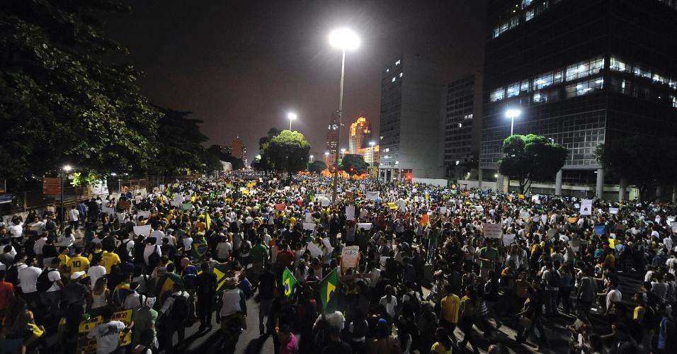 20.jun.2013 - Multidão de cerca de 300 mil pessoas se aglomera em frente a Prefeitura do Rio de Janeiro (RJ) na noite desta quinta-feira, em mais uma noite de protesto na capital fluminense