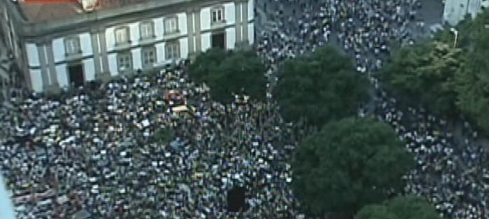 20.jun.2013 - Em imagem de reprodução de vídeo, multidão de manifestantes se reúne na região central do Rio de Janeiro, em protesto nesta quinta-feira (20)