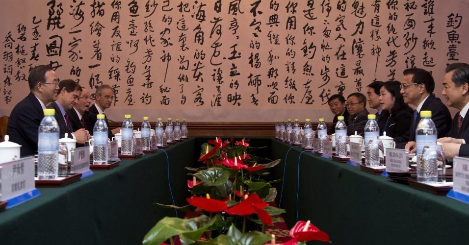 20.jun.2013 - O secretário-geral das Nações Unidas, Ban Ki-moon, o primeiro ministro da China, Li Keqiang, e seus respectivos delegados participam de reunião em Pequim, na China, nesta quinta-feira (20)