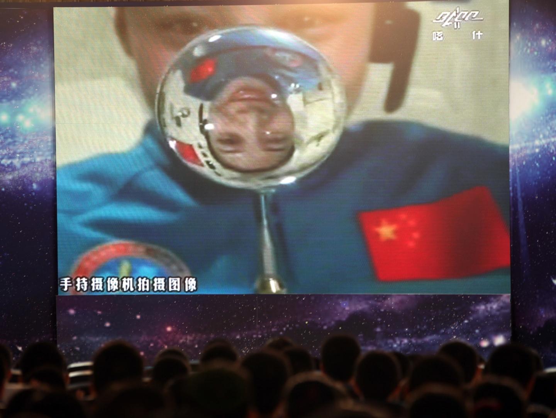 20.jun.2013 - Plateia em escola chinesa assiste ao vivo à aula da astronauta Wang Yaping, 33, ministrada da espação espacial Tiangong, situada 300 km acima da superfície da Terra. A aula foi retransmitida para 60 milhões de crianças do país, e a iniciativa busca popularizar os voos espaciais entre os jovens