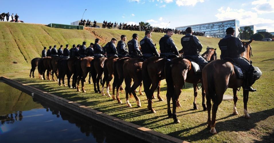20.jun.2013 - Polícia montada se posiciona em frente ao Congresso Nacional, em Brasília, antes da chegada de manifestantes. Mais de 90 cidades organizaram protesto contra a baixa qualidade do transporte público