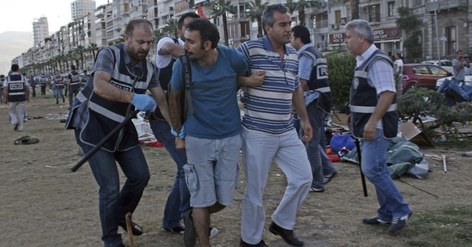 20.jun.2013 - Polícia turca detém manifestante durante protesto no parque de Izmir, na Turquia. Os ativistas ocuparam o parque em solidariedade aos manifestantes de Ancara e Istambul