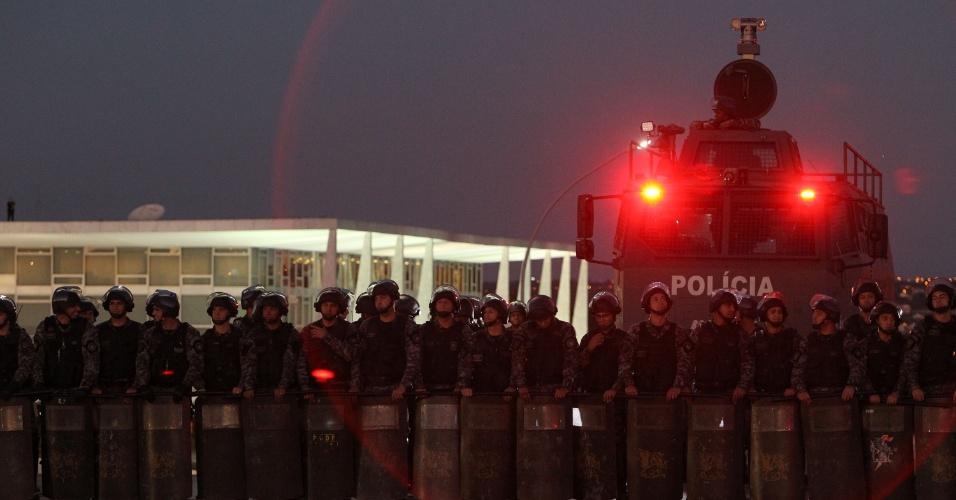 20.jun.2013 - Policiais se posicionam em frente ao Congresso Nacional onde milhares de manifestantes se reúnem na noite desta quinta-feira
