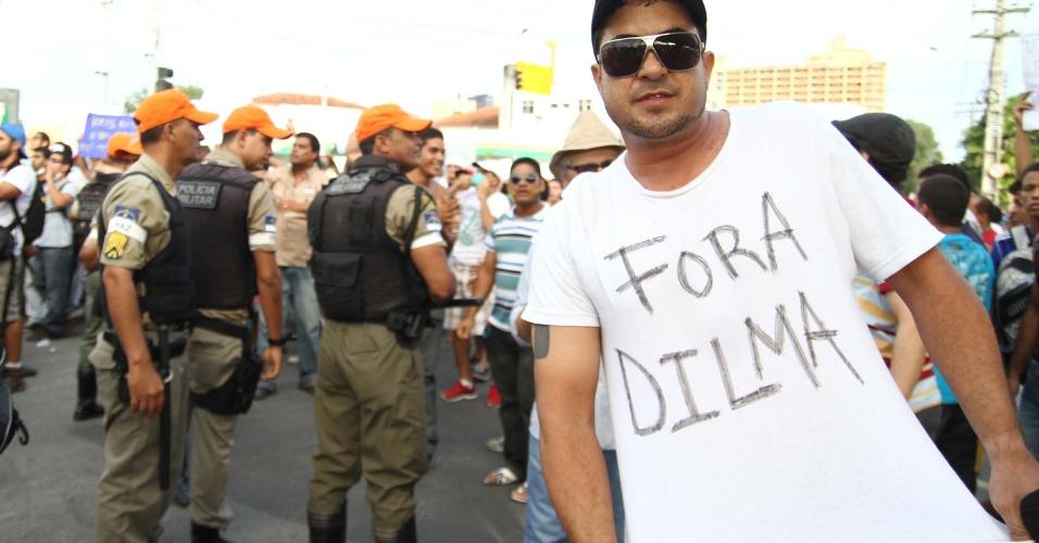 20.jun.2013 - Protesto contra o aumento do valor das passagens de ônibus, trens e metrô reúne milhares no Recife (PE), nesta quinta-feira, e a presidente Dilma Rousseff vira alvo de protesto