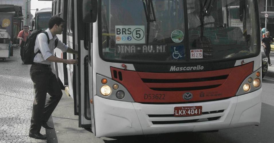 20.jun.2013 - Rapaz pega ônibus na avenida Chile, no centro do Rio de Janeiro, na manhã desta quinta-feira (20), que está circulando com a nova tarifa de R$ 2,75. A prefeitura recuou diante dos protestos e anunciou o reajuste da passagem, que ficou R$ 0,20 mais barata