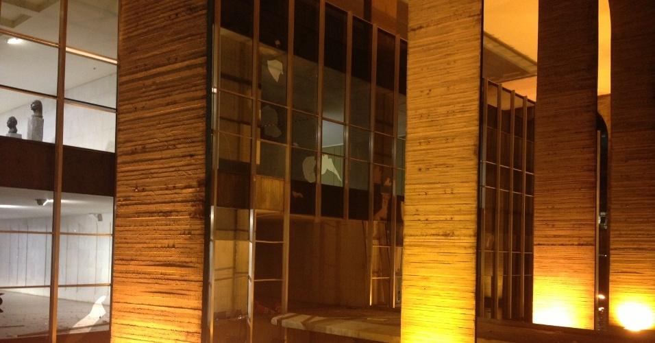 20.jun.2013 - Vidraças do Palácio do Itamaraty são quebradas por vândalos em protesto em Brasília
