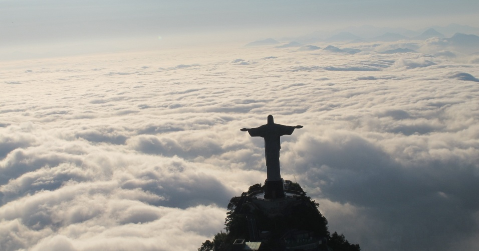 20.jun.2013 - Vista aérea do Cristo Redentor mostra a neblina encobrindo a paisagem do Rio de Janeiro na manhã desta quinta-feira (20). O mau tempo fechou o aeroporto Santos Dumont, no centro da cidade, por mais de duas, causando atrasos para o embarque