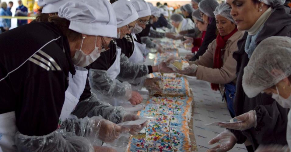 Caxias do Sul, cidade do Rio Grande do Sul, celebra 123 anos de sua emancipação político-administrativa. Para comemorar, um bolo gigante foi feito para distribuir aos moradores