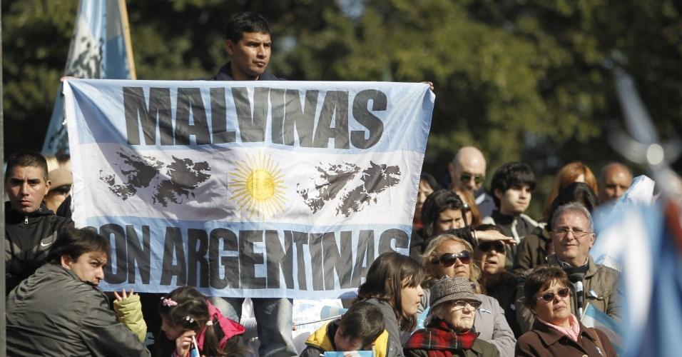 Ex-combatentes argentinos da guerra contra o Reino Unido pelas ilhas Malvinas desfilaram nesta quinta-feira (20) em Buenos Aires para lembrar os 31 anos do retorno ao país, após o fim do conflito bélico pela soberania do arquipélago