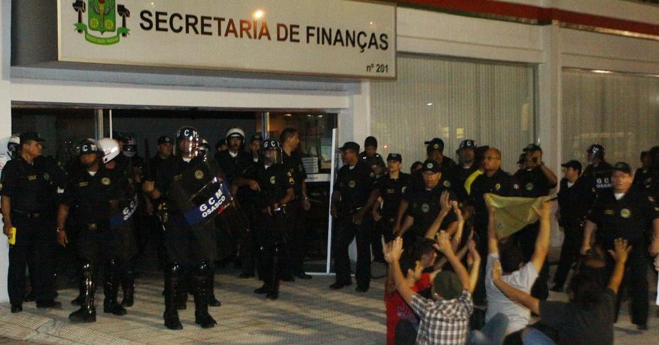 Guardas Civis Metropolitanos rendem grupo de manifestantes durante protesto em Osasco, na Grande São Paulo, na noite desta quarta-feira (19). A prefeitura de Osasco anunciou na mesma noite uma redução no valor das tarifas de ônibus de R$ 3,20 para R$ 3,10, ainda sem data definida para o ajuste.
