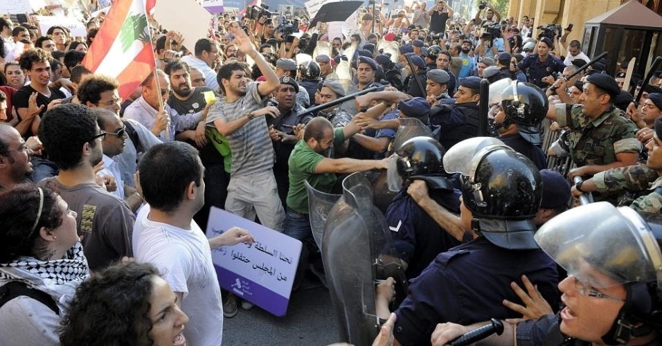 Manifestantes libaneses entram em confronto com a policía, próximo ao parlamento en Beirute, no Líbano.Os manifestantes protestam contra a decisão do parlamento libanês de prorrogar seu mandato até novembro de 2014, devido à tensão que o país vive em conflito com a vizinha Síria