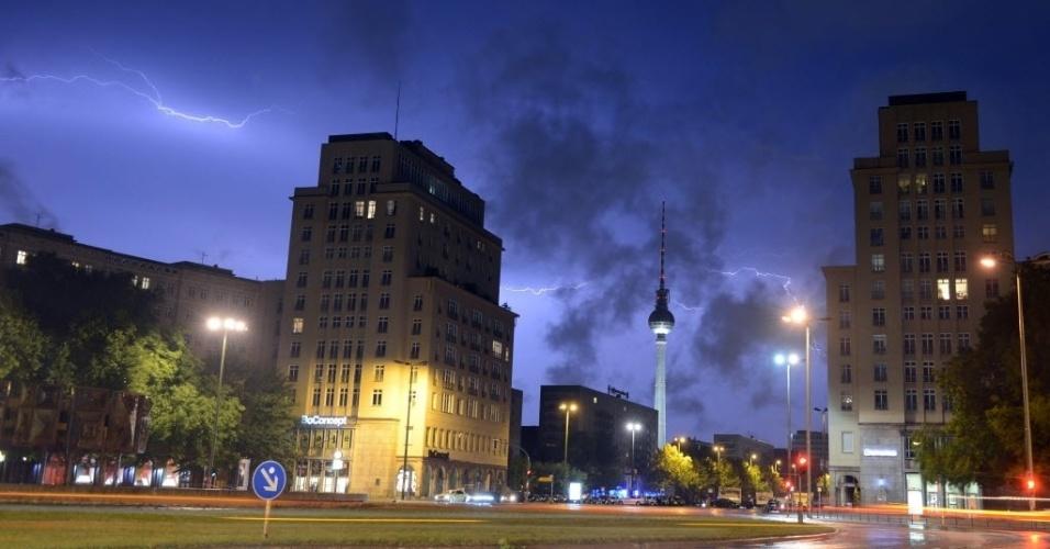 Raios iluminam o céu de Berlim, na Alemanha, na praça Strausberger