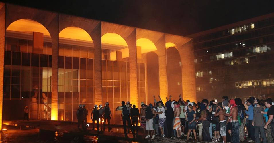 20.jun.2013 - Manifestantes protestam em frente ao Palácio do Itamaraty, em Brasília, na noite desta quinta-feira (20)