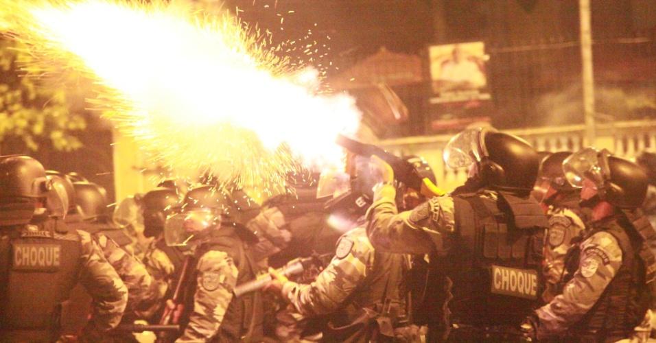 20.jun.2013 - Policiais entram em confronto com manifestantes nas imediações da Arena Fonte Nova, em Salvador