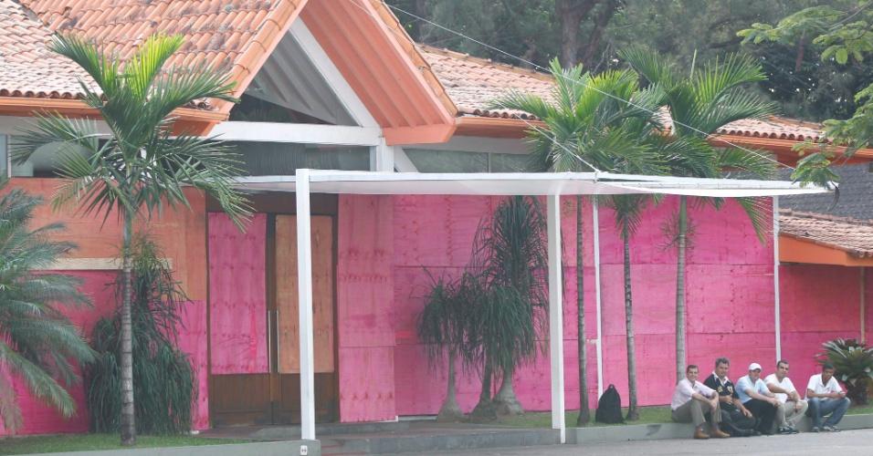 21.jun.2013 - Barrashopping, na Barra da Tijuca, fechou as portas às 14h, nesta sexta-feira, para se proteger de possíveis ataques durante manifestação que está marcada para esta sexta na região