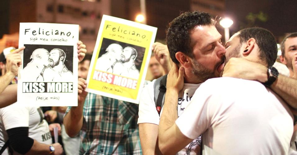 21.jun.2013 - Casal se beija na praça Roosevelt, na área central da capital paulista, durante protesto contra o projeto de lei conhecido como