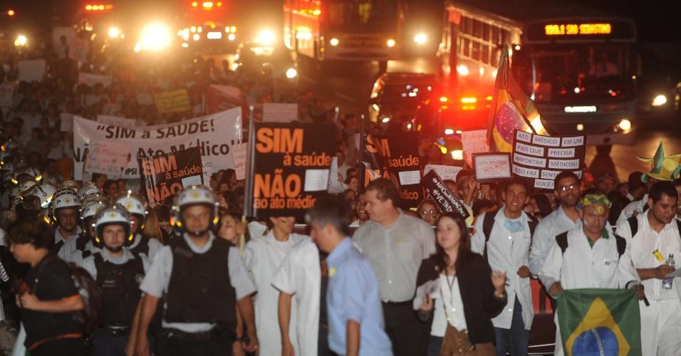 21.jun.2013 - Cerca de 400 pessoas protestaram na Esplanada dos Ministérios, nesta sexta-feira, contra o Ato Médico, aprovado no plenário do Senado, que lista uma série de procedimentos que só poderão ser realizados por médicos formados