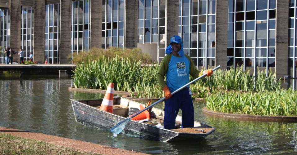 21.jun.2013 - Funcionário limpa o espelho d'água do Palácio do Itamaraty, em Brasília, no dia seguinte à depredação do prédio