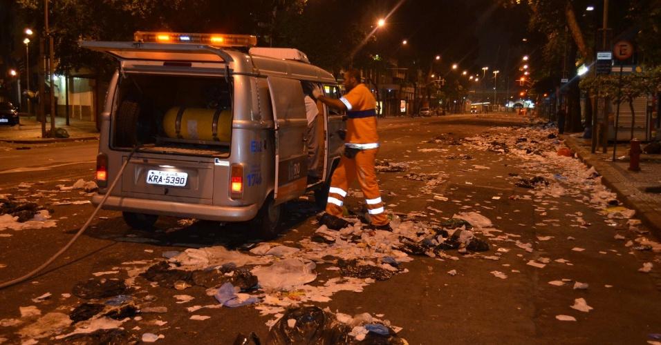 21.jun.2013 - Funcionários da Prefeitura fazem limpeza na madrugada desta sexta-feira (21), no centro do Rio de Janeiro, após manifestação que reuniu mais de 300 mil pessoas