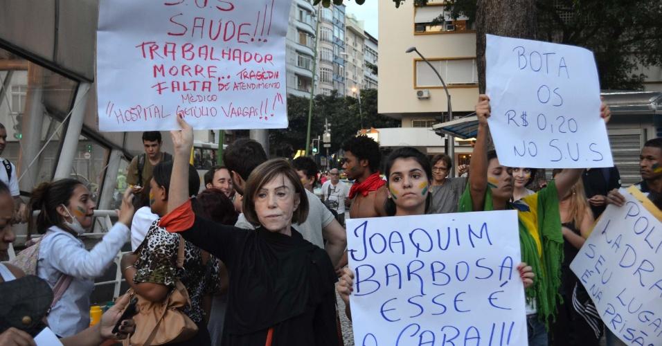 21.jun.2013 - Manifestante elogia o presidente do Supremo Tribunal Federal (STF), Joaquim Barbosa, em cartaz durante protesto realizado em Ipanema, no Rio de Janeiro (RJ), nesta sexta-feira