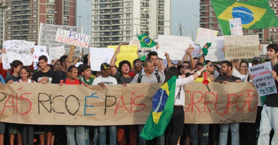 21.jun.2013 - Manifestantes fazem protesto na Barra da Tijuca, em frente a Cidade da Música, no Rio de Janeiro, na tarde desta sexta-feira