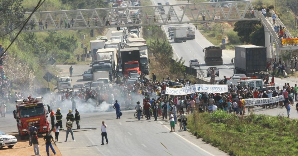 21.jun.2013 - Manifestantes interditam a BR-040, em Ribeirão das Neves, região metropolitana de Belo Horizonte em protesto contra o aumento da tarifa e das condições do transporte público