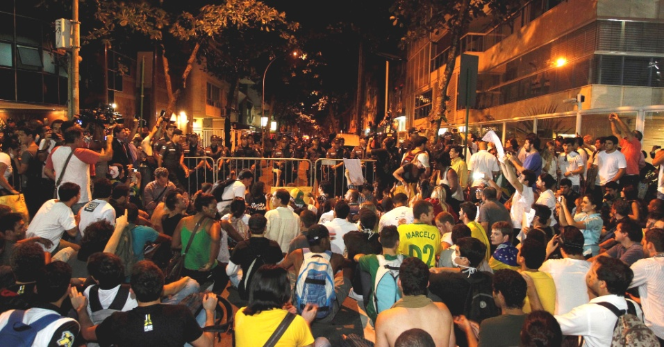 21.jun.2013 - Manifestantes, na noite desta sexta-feira, se concentram na rua Aristides Espíndola, onde mora o governador do Rio de Janeiro, Sérgio Cabral, no bairro do Leblon