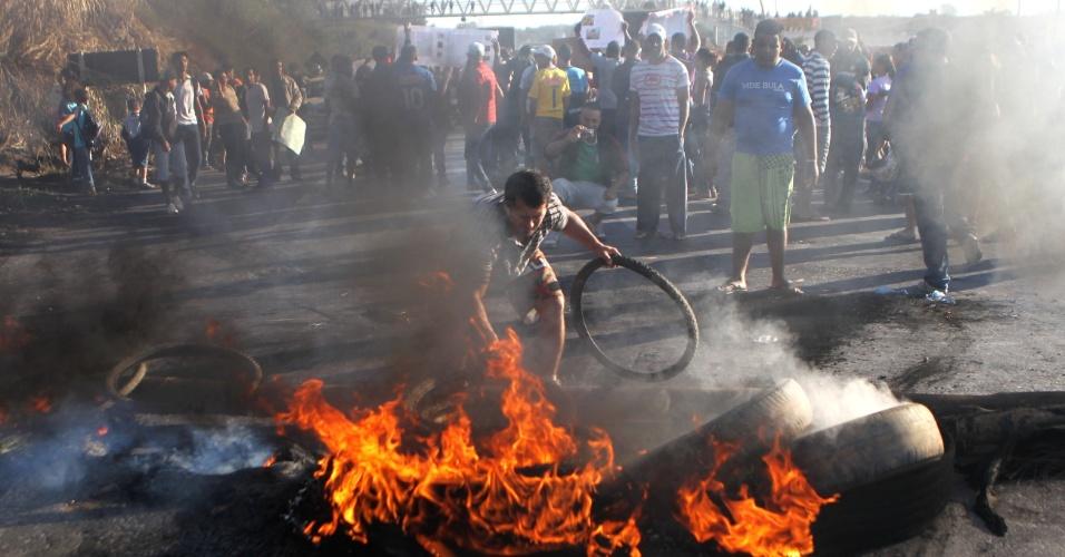 21.jun.2013 - Moradores bloqueiam a BR-040, na cidade de Ribeirão das Neves, na grande Belo Horizonte, e pedem melhoria na prestação do serviço de transporte público da cidade, segundo a Polícia Federal. Aproximadamente duas mil pessoas estão no local e protestam pela segunda vez nessa semana