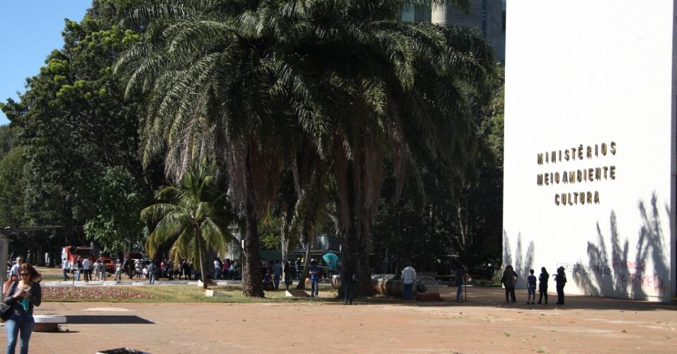 21.jun.2013 - O prédio em que ficam os ministérios da Cultura e do Meio Ambiente foi evacuado na manhã desta sexta-feira (21) por uma ameaça de bomba. O edifício foi isolado
