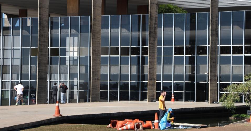21.jun.2013 - Palácio do Itamaraty amanhece com vidros quebrados, em Brasília, na manhã desta sexta-feira (21). O protesto na cidade foi um dos mais tensos entre os mais de 90 atos organizados pelo país na noite de quinta-feira (20). Após tentarem entrar no Congresso e no Palácio do Planalto, manifestantes depredaram o Palácio do Itamaraty, sede do Ministério das Relações Exteriores