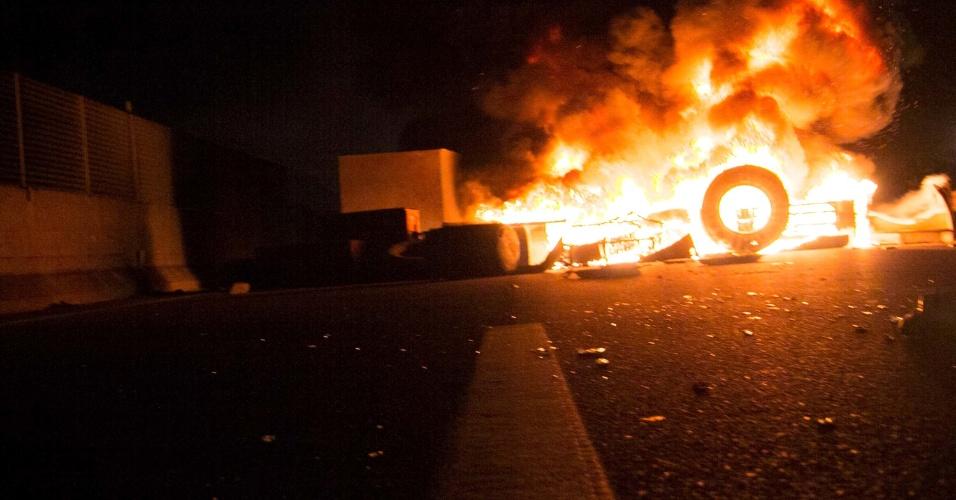 21.jun.2013 - Veículo é queimado durante manifestação que fechou a rodovia Presidente Dutra, na altura de Nova Iguaçu (RJ), na noite desta sexta-feira (21). A rodovia liga os Estados do Rio de Janeiro e São Paulo