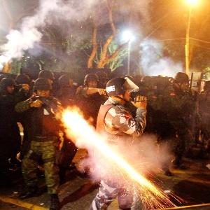 20.jun.2013 - Policial da tropa de choque dispara contra manifestantes que atiravam pedras, durante protesto em Belém (PA)