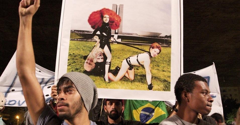 22.jan.2013 - Manifestantes usam montagem com fotos da presidente Dilma Rousseff, o prefeito de São Paulo, Fernando Haddad, e o governador de São Paulo, Geraldo Alckmin, sendo guiados pelo deputado pastor Marco Feliciano (PSC-SP), presidente da Comissão de Direitos Humanos e Minorias da Câmara, contra o projeto de