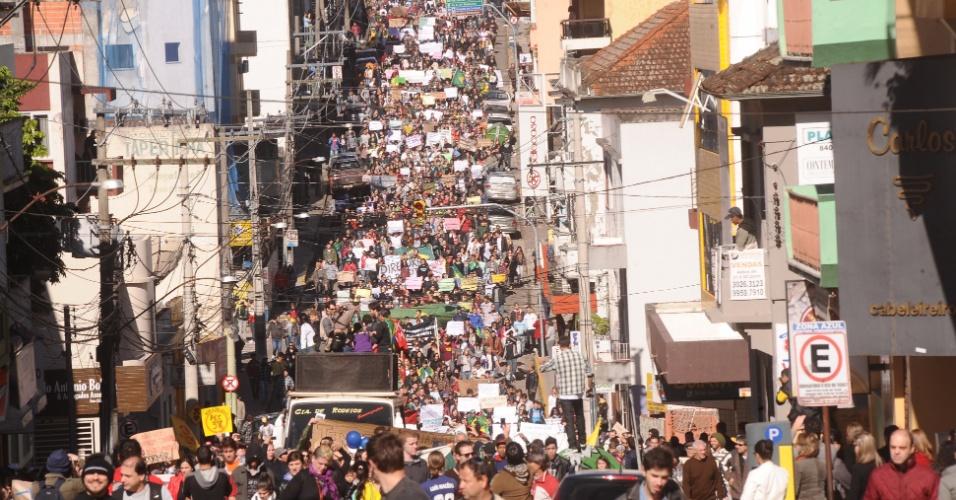 22.jun.2013 - Cerca de 30 mil pessoas participam de protesto em Santa Maria (RS) neste sábado. A mobilização foi contra a redução da tarifa do transporte coletivo, corrupção e gastos com a Copa do Mundo. Os manifestantes também lembraram as vítimas do incêndio na boate Kiss