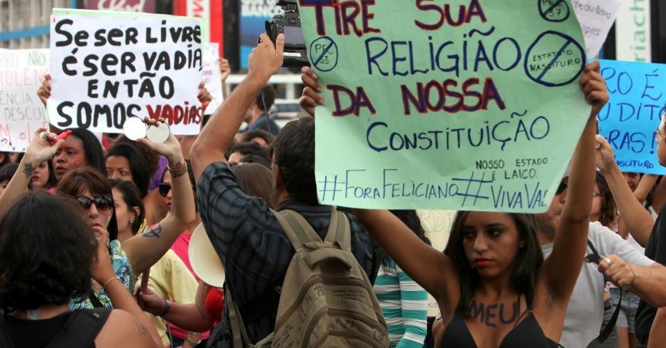 22.jun.2013 - Em clima de tranquilidade e descontração, a Marcha das Vadias reúne na tarde deste sábado (22), em Brasília, cerca de 3.000 pessoas, segundo cálculos da Polícia Militar