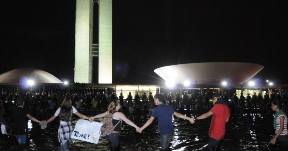 22.jun.2013 - Manifestantes dão abraço simbólico na Esplanada dos Ministérios, em Brasília, neste sábado, contra a corrupção e a PEC 37, que limita o poder de investigação criminal do Ministério Público