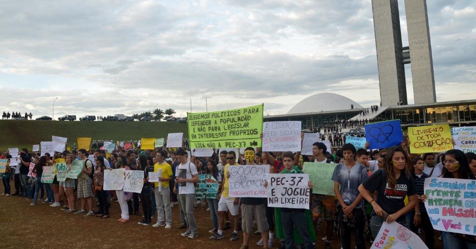 22.jun.2013 - Manifestantes protestam contra a PEC 37 no espelho d'água do Congresso Nacional