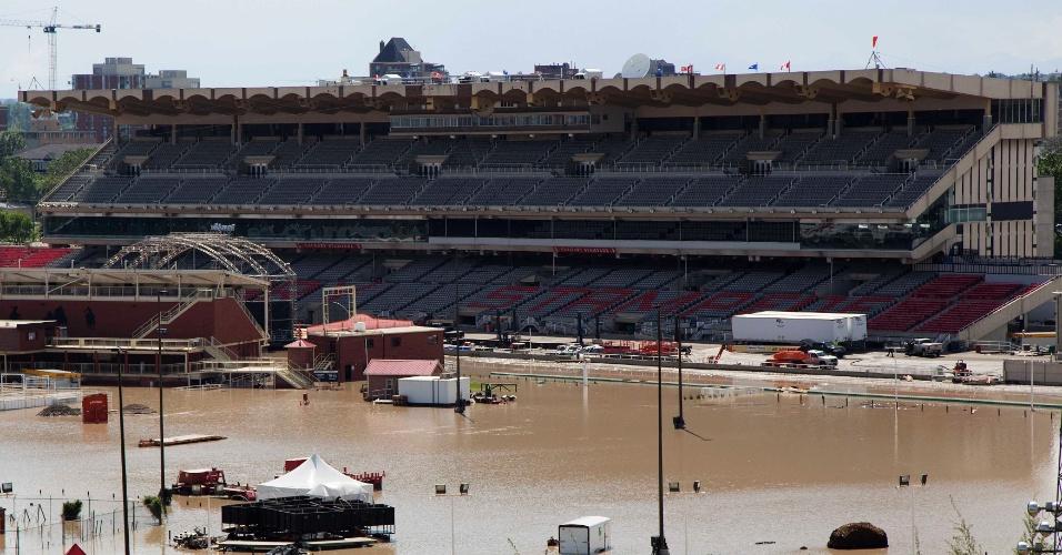 23.jun.2013 - Estádio fica inundado após fortes chuvas que atingiram em Calgary, no Estado de Alberta, no Canadá e provocaram a cheia nos dois rios que cortam a cidade. A enchente obrigou centenas de moradores a deixarem suas casas